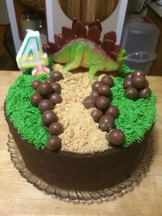 Easy dinosaur cake on a budget