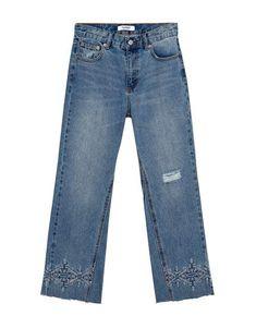 Jeans de mujer con pierna acampanada y bajos deshilachados con bordado en  punto de cruz. 2a7131978cf