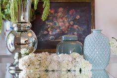 arranjo de flores em mesa espelhada