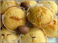 Muffins au coeur de schokobons: -260g de farine -160g de sucre -1 sachet de levure chimique -2 oeufs -1 pincée de sel -50g de beurre -1 schokobon par muffin Mixer le tout (sauf les schokobons), verser dans les moules à muffins, mettre un schokobon sur chaque muffin, et enfoncer délicatement le choco dans le muffin pour qu'il soit recouvert de pâte. 20min à 180° Cupcake Recipes, Cupcake Cakes, Dessert Recipes, Patisserie Cake, Muffins, Good Food, Yummy Food, Sweet Tooth, Food Porn