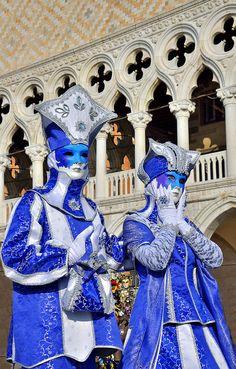 By Éphémeride seasonal calender Venise et son Carnaval Venetian Carnival Masks, Carnival Of Venice, Venetian Costumes, Venice Carnivale, Costume Carnaval, Carnival Costumes, Rome Florence, Costume Venitien, Venice Mask