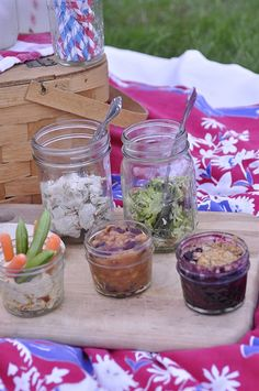 Mason Jar Picnic Ideas - add a little country charm to your next waste-free picnic!