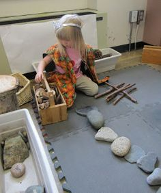 Stenen en takken in de bouwhoek : Rocks in the block center Preschool Block Area, Preschool Rooms, Preschool Ideas, Daycare Ideas, Preschool Classroom, Construction Area Ideas, Heuristic Play, Block Center, Material Didático