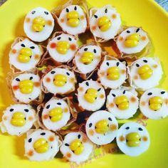 ちくわの穴にコーンを詰めた「ちくわ鳥」をご存じですか?朝の情報番組『ZIP!』で紹介され、話題となっています。今回はお弁当にぴったりなちくわ鳥の作り方や、アレンジアイデア、また、そのほか便利なちくわレシピをご紹介します。