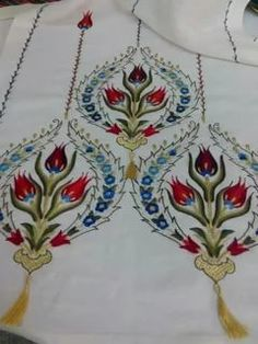 Table runner, fabulous stitching, I really like these designs. Hungarian Embroidery, Types Of Embroidery, Embroidery Suits, Embroidery Patterns Free, Embroidery Needles, Hand Embroidery Designs, Embroidery Art, Cross Stitch Embroidery, Machine Embroidery