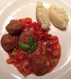 """Kipballetjes in tomatensaus met verse groentjes en een """"toefke"""" puree!"""