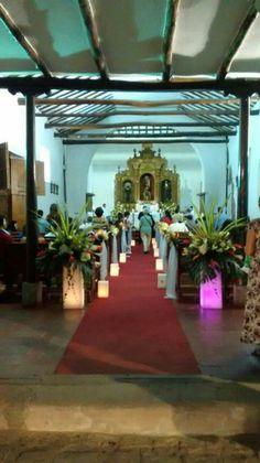 Camino de pantallas y flores en Iglesia San Antonio de Cali decoración floral por Juan Camilo Obando velas Velaroma.
