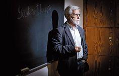 Entrevista ao professor José Pacheco, fundador da Escola da Ponte, que defende uma escola sem turmas, sem ciclos, sem testes, sem chumbos, sem campainhas.