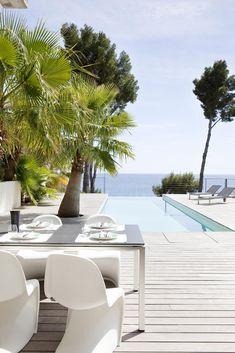 Une superbe terrasse exotique et ensoleillée avec une piscine en bonus !