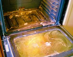 Limpia tu horno de grasa con una mezcla de bicarbonato de sodio, detergente para platos y vinagre. Extiéndelo y deja actuar 15 minutos, después limpia con un trapo y pasa una bayeta húmeda
