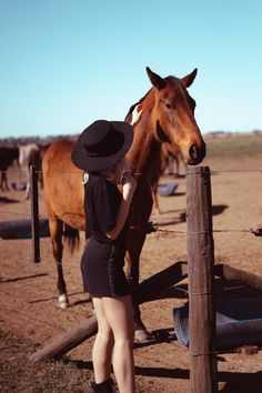 poses para sesiones de fotos con caballos Cowboy Hats, Photo Ideas, Vsco, Horses, Animals, Poses For Photoshoot, Photography Poses, Pictures Of Horses, Funny Pics