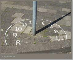 De zonnewijzer stond op het plein waar Roos werkte.