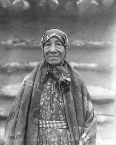 Mattie Grinnell at Elbowoods, North Dakota - Mandan – 1942 Native American Photography, Native American Photos, Native American Women, Native American History, Native American Indians, Native Americans, American Art, Martin Luther King, Mandan Indians