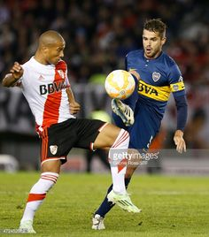 Fernando Gago of Boca Juniors fights for the ball with Carlos Sanchez of River Plate during a first leg match between River Plate and Boca Juniors as part of round of sixteen of Copa Bridgestone Libertadores 2015 at Antonio Vespucio Liberti Stadium on May 07, 2015 in Buenos Aires, Argentina.