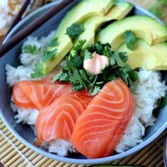 Spicy Salmon Sushi Bowl with Avocado, Cilantro and Spicy Mayo - a quick and healthy lunch or dinner! Healthy Meal Prep, Healthy Cooking, Healthy Snacks, Healthy Eating, Healthy Recipes, Spicy Salmon Roll, Salmon Sushi, Sushi Recipes, Seafood Recipes