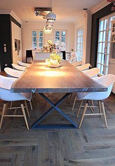 Massivholztisch aus Eichenholz mit grauer Oberfläche
