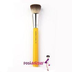 Bdellium Tools Brocha 957 de Bdellium tools, esta brocha es imprescindible en cualquier set, es una brocha inigualable para aplicar productos líquidos o en crema, ideal para la base de maquillaje. No tiene comparación con ninguna otra, record en ventas en EEUU.