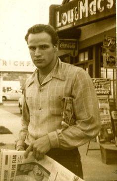 Μάρλον Μπράντο:  (3 Απριλίου 1924 - 1 Ιουλίου 2004).  Ο Μπράντο τιμήθηκε με Όσκαρ Α' Ανδρικού Ρόλου το 1954 για τον ρόλο τού Τέρρυ Μαλλόυ στην ταινία του Ηλία Καζάν Το λιμάνι της αγωνίας.