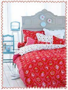 bedframe with plates (PIP Studio) Pip Studio, Studio Bed, Cosy Bedroom, Bedroom Red, Bedroom Decor, Red Bedrooms, Cottage Bedrooms, Cottage Living, Red Bedding