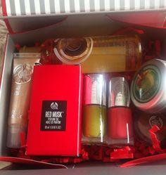 E que tal um sorteio de Natal ? Pode ser? Fiz uma selecção de produtos Body Shop para oferecer este Natal a um dos meus leitores.A caixinha é composta por: - 1 gloss de baunilha - 1 óleo seco de manteiga de karité - 2 vernizes - 1 perfume oil da nova lin...