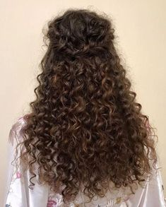 To have beautiful curls in good shape, your hair must be well hydrated to keep all their punch. You want to know the implacable theorem and the secret of the gods: Naturally curly hair is necessarily very well hydrated. Curly Wedding Hair, Short Curly Hair, Wavy Hair, Bridal Hair, Curly Hair Styles, Natural Hair Styles, Brunette Makeup, Hair Hacks, Hair Trends