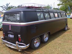 a bus Volkswagen equipped with SIX wheel and it works normally while the chassis stretched. Crazzy enough Dude Vintage Volkswagen Bus, Vw Bus T1, Volkswagen Transporter, Bus Camper, Camper Life, Combi T1, T2 T3, Automobile, Van Car
