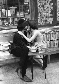 Quelle labbra sapevano di sapere. Non esisteva posto più sensato dova la curiosità di lei avrebbe potuto abbandonarsi.   S.