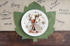 Salvamanteles para una cena de otoño con plantilla descargable para hacer la hoja >>Thanksgiving Table Setting + Free Downloadable Leaf Placement Template | via Making Nice in the Midwest