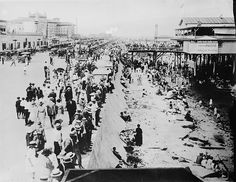 That's Galveston Beach with the newly constructed seawall.  Murdoch's in on the right.  Balinese Room is further down on the right.  Way cool stuff --- The Seawall 1920
