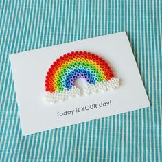 アイロンビーズをあしらったメッセージカードです!◇ アイロンビーズ メッセージカード ◇ (レインボー)こちらの作品をご覧いただきありがとうございます。アイロンビーズのモチーフで装飾した、 メッセージカードです!海外製のアイロンビーズを使用しております。 アイロンビーズがどこか懐かしく、 ちょっと珍しい個性的なメッセージカードです。 ぜひ、大切な方の記念日にご使用ください!トレーシングペーパ...