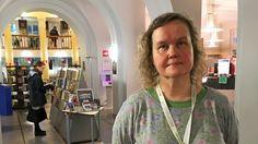 Ännu den här veckan kan man låna böcker på Berghälls bibliotek, bland annat av biblioteksfunktionär Anne Yli-Marttila.