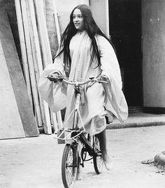 """OLIVIA HUSSEY,andando de bicicleta durante um intervalo das gravações do filme """"Romeu e Julieta""""(Romeo and Juliet),em 1968,em Itália."""