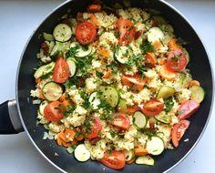 Dzisiaj przedstawiam pomysł na szybki i pożywny obiad z kaszą w roli głównej. Kasza jaglana z warzywami czyli tak zwane kaszotto. Diet Recipes, Cooking Recipes, Healthy Recipes, Recipies, Good Food, Yummy Food, Vegan Vegetarian, Pasta Salad, Potato Salad