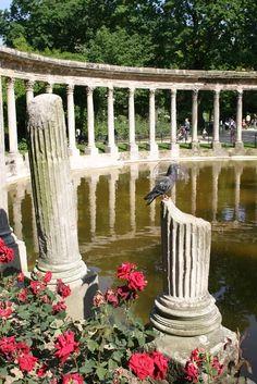 Uma Atmosfera Romântica: Parque Monceau - Paris  Pintado cinco vezes pelo pintor Claude Monet, o Parque Monceau e as ruínas do Templo para a Deusa Diana são um paraíso de paz quando o tempo bonito encanta Paris.   Os salgueiros, os bosques e as estátuas dos Chorões adquirem um brilho novo sob os raios delicados do sol.