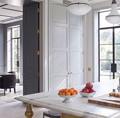 Mixing classic with modern is something I love to do for interior design clients of Amalfi White Living. This space mixes them to perfection Beautiful Kitchens, Beautiful Interiors, Style At Home, Home Luxury, Halls, Flur Design, Sweet Home, Cuisines Design, Home Fashion
