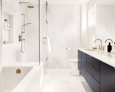 Providing an exclusive classic marble-effect, the Touche collection is used in this sensational bathroom designed by the talented Danielle Campbell Design to add beauty and depth ✨ What do you think of all-white bathrooms? All White Bathroom, White Marble Bathrooms, Master Bathroom, Modern Bathrooms, San Salvador, Mirror Effect, Marble Effect, Statuario Marble, Pure White Background