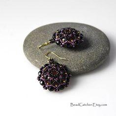 Boucles d'oreilles de perles tissage mandala en noir et violet