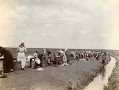The Boer women head out to the river to wash their clothes. Women's History, African History, Vintage Dance, Haunting Photos, My Heritage, Afrikaans, Dance Music, Housekeeping, South Africa