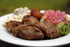 Recipe for fritada de chancho, an Ecuadorian braised pork dish cooked slowly in orange juice with onion, shallot, garlic and cumin. With step by step photos. Pork Recipes, Gourmet Recipes, Mexican Food Recipes, Cooking Recipes, Flour Recipes, Comida Latina, I Love Food, Good Food, Yummy Food