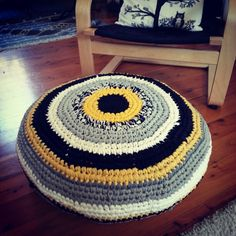 Crochet Poof made of old t-shirts (tarn). Single crochet in the round.