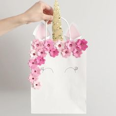 Que amor ! Essa sacolinha para o tema Unicórnio não ficou linda? Imagem @asprinkleofpretty #loucaporfestas #party #Unicórnio #lembrancinha