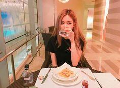Your source of news on YG's current biggest girl group, BLACKPINK! Yg Entertainment, Mamamoo, K Pop, Ulzzang, Foto Rose, Rose Park, Jennie Lisa, Kim Jisoo, Blackpink Photos