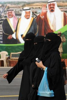 #niqabis in Saudi arabia  Why aren't the other 3 veiled?