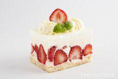 Truskakwkowiec - biały biszkopt ,serek waniliowy, świeże truskawki Strawberries cake- white biscuit, vanilla cheese, fresh strawberries