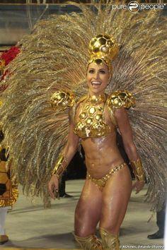 São Paulo, 2014 - Sabrina Sato surgiu lindíssima no desfile da Gaviões da Fiel, que homenageou Ronaldo. #samba #carnaval