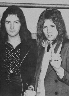 Roger, inventing the ✌️ sign, and John being actual babies in the mid . Queen Brian May, I Am A Queen, Save The Queen, John Deacon, Queen Photos, Queen Pictures, Rainha Do Rock, Roger Taylor Queen, Queen Aesthetic