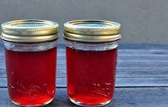 Geleia de Marmelo é feita com os restos da Marmelada, algumas pessoas fazem só com os caroços, outras usam todos os restos, eu prefiro usar tudo, no final crias uma geleia suave com um tom escuro e avermelhado.