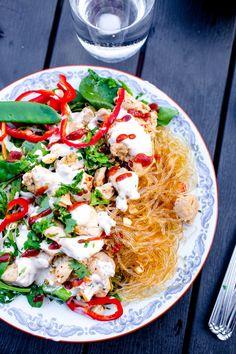 Thai kycklingsallad med thaimajonnäs - 56kilo.se - Lågkolhydrat recept, livsstil & inspiration Lchf, Caprese Salad, Allrecipes, Asian Recipes, Low Carb Recipes, Good Food, Treats, Snacks, Chicken