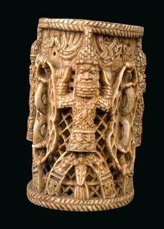 Königreich Benin, Nigeria: Ein großer Armreif aus Elfenbein, beschnitzt mit vier Darstellungen eines 'Oba' (König). Spätes 19. Jh. bis 1. Drittel 20. Jh..