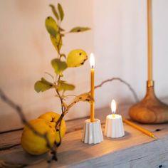 Handgemachte Bienenwachskerzen mit bunten Baumwolldochten und Keramikkerzenständer Advent, Candle Holders, Candles, Hang In There, Products, Handmade, Dekoration, Porta Velas, Candy